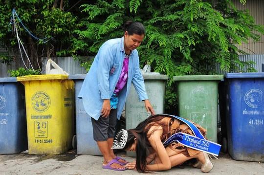 Tân Hoa hậu không phân biệt giới tính Thái Lan (Miss Uncensored News Thailand 2015) Mint Kanistha, 17 tuổi, đã không ngần ngại đội vương miện quỳ dưới chân người mẹ làm nghề nhặt rác của mình để cảm tạ. Bức ảnh và gia cảnh của cô gây ấn tượng với cộng đồng mạng