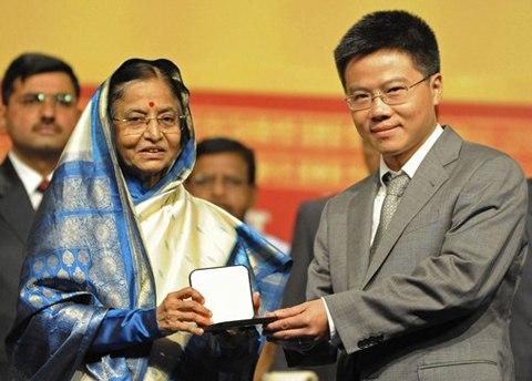 Giáo sư Ngô Bảo Châu vừa được Tổng thống Ấn Độ Pratibha Patil trao huy chương Fields. Ảnh: AFP