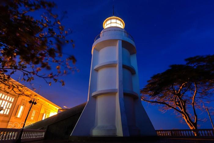 Ngọn hải đăng sáng chói trong đêm - Ảnh: Brian Graney