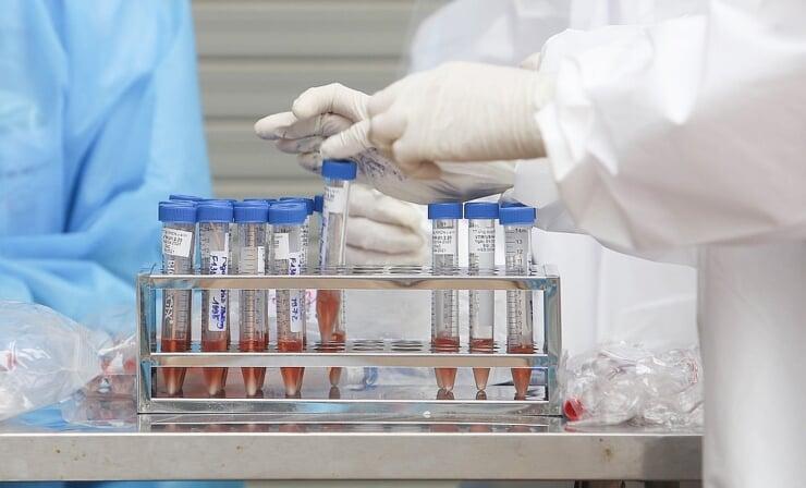 Test nhanh kháng nguyên có độ nhạy và độ đặc hiệu thấp, kết quả dương tính giả và âm tính giả tương đối