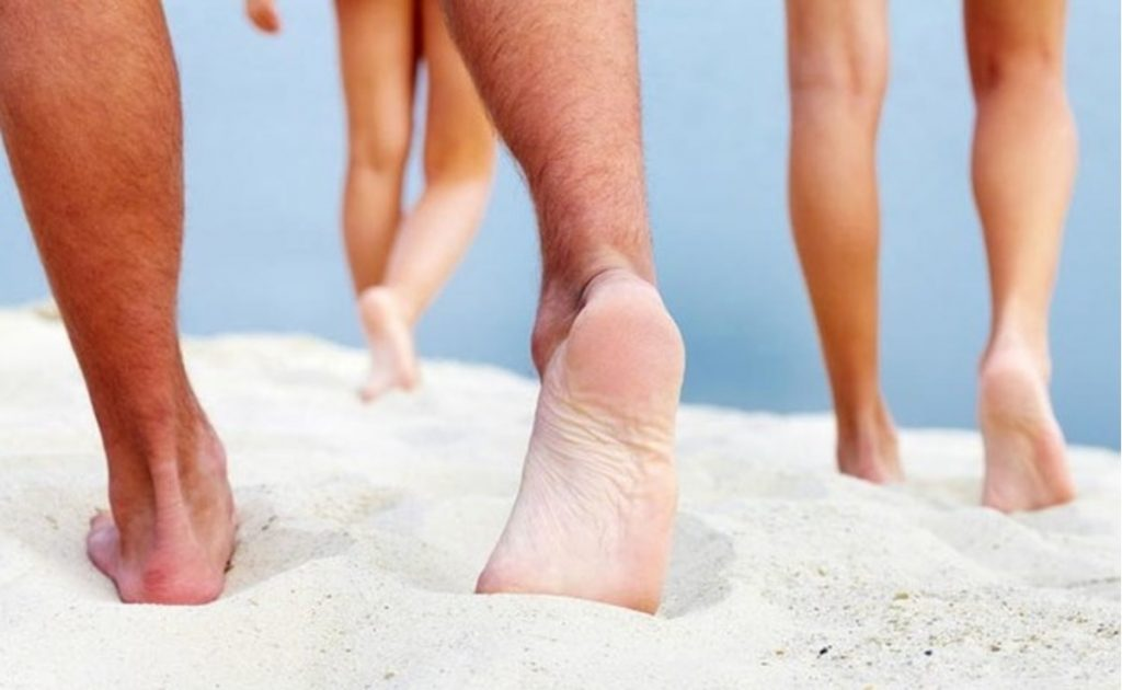 Đi chân trần trên cát