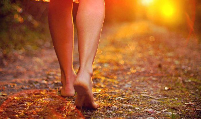 Đi chân trần trên đường
